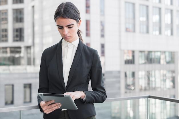 Bizneswoman z tabletem