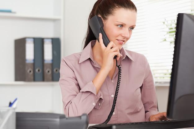 Bizneswoman z telefonem patrzeje ekranować