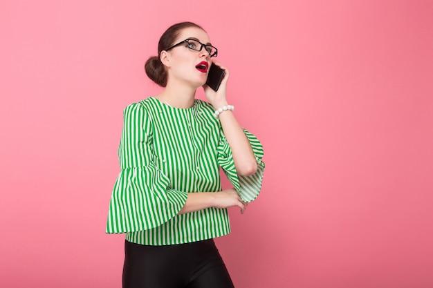 Bizneswoman z włosianą babeczką i telefonem komórkowym