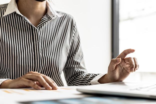 Bizneswoman za pomocą laptopa przygotowuje zestawienie finansowe, które ma przynieść na spotkanie z partnerami biznesowymi. koncepcja zarządzania finansami firmy. sprawdzanie informacji finansowych.