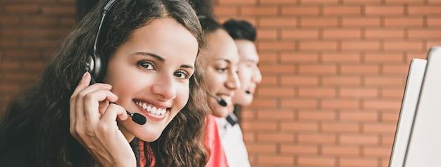 Bizneswomanu agent pracuje w centrum telefonicznym