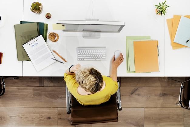 Bizneswomanu inspiraci zajęcia kreatywnie pojęcie