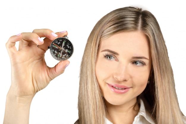 Bizneswomanu mienia kompas odizolowywający na bielu