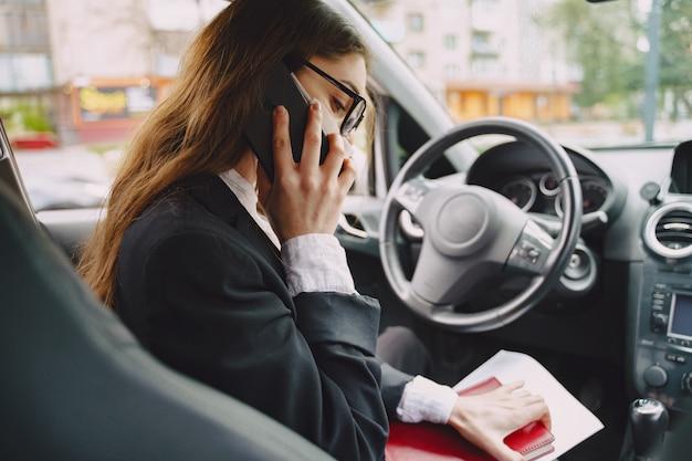 Bizneswomanu obsiadanie wśrodku samochodu