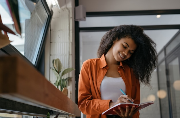 Bizneswomanu planowanie zaczyna, robić notatki, pracować w biurze. student studiujący, uczący się języka, koncepcja edukacji