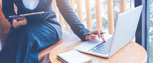 Bizneswomany pracują przy użyciu komputera w biurze.