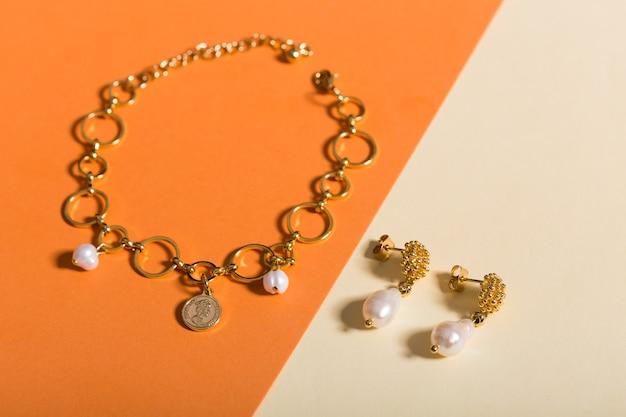 Biżuteria damska. modna biżuteria na kolorowym tle