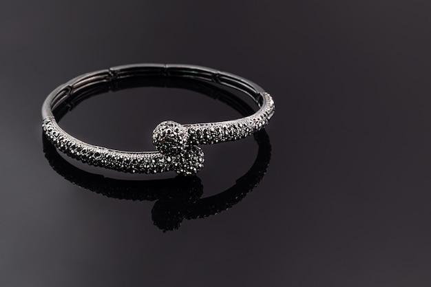 Biżuteria i biżuteria na ciemnym tle