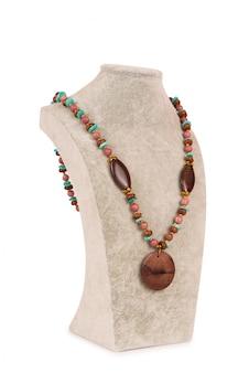 Biżuteria naszyjnik na białym tle