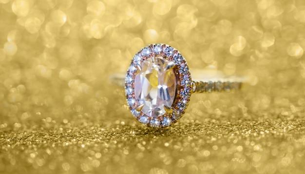 Biżuteria pierścionek z brylantem z abstrakcyjnym świątecznym złotym brokatem