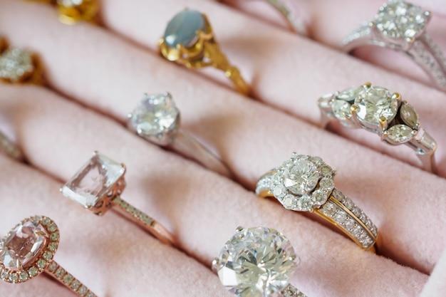 Biżuteria pierścionki z brylantami i kolczyki w pudełku
