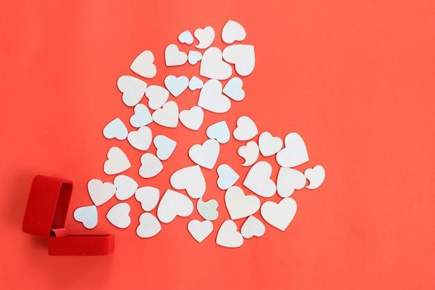 Biżuteria prezentowa otwarta na kształt serca na czerwonym tle, koncepcja walentynek