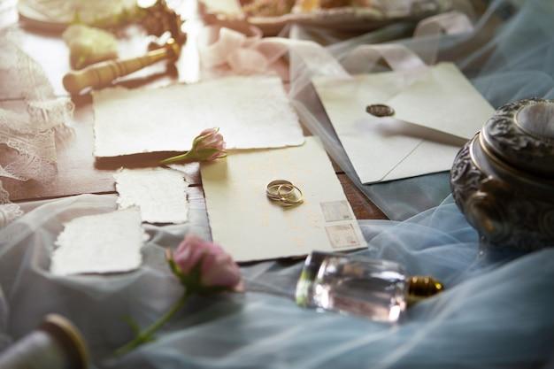 Biżuteria ślubna, komplet akcesoriów ślubnych, zaproszenia ślubne, obrączki ślubne oraz kolorowe wstążki