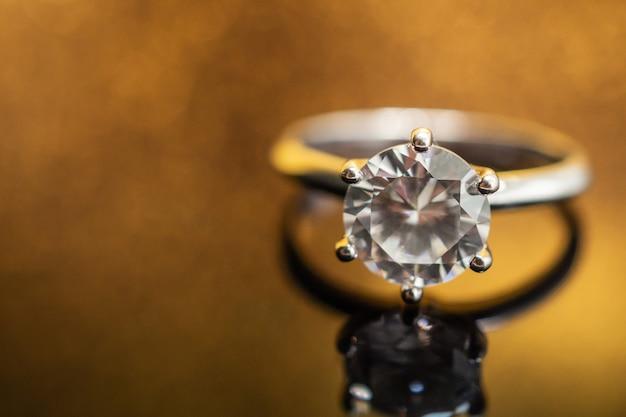 Biżuteria ślubna pierścionek z brylantem na złotym z odbiciem