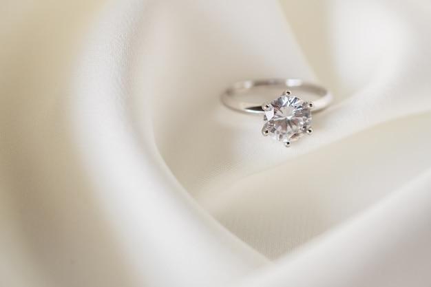 Biżuteria ślubna pierścionek z brylantem z bliska