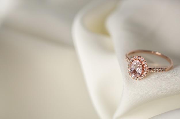 Biżuteria ślubna różowy pierścionek z brylantem z bliska
