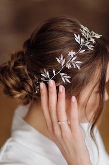 Biżuteria ślubna z panną młodą tiara