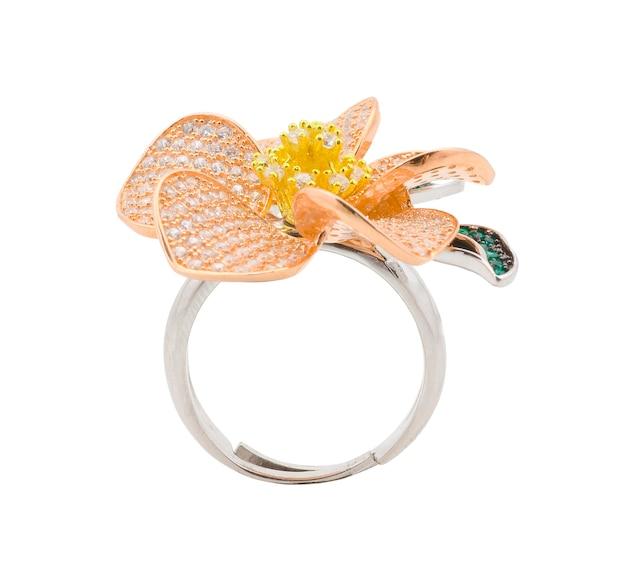 Biżuteria srebrnego pierścienia na białym tle