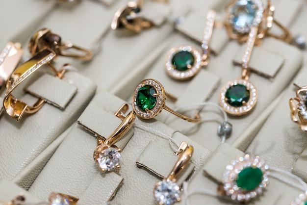 Biżuteria z kamieniami jubilerskimi na wystawie w sklepie