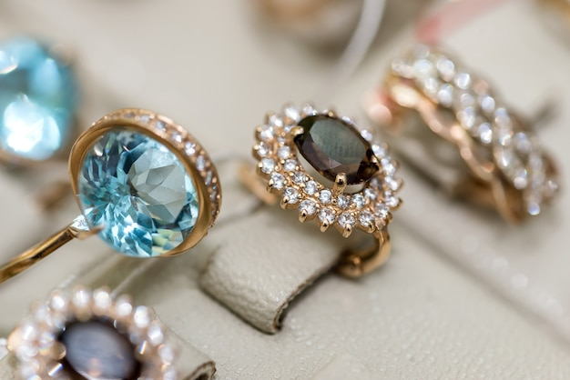 Biżuteria z kamieniami szlachetnymi na gablocie sklepu