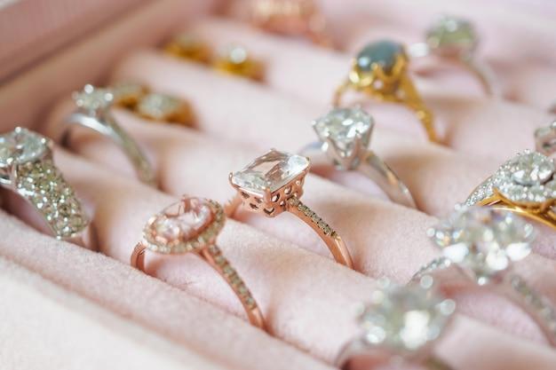 Biżuteryjne pierścionki i kolczyki z diamentami w pudełku