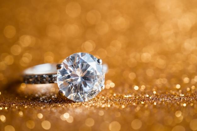 Biżuteryjny pierścionek z brylantem z abstrakcyjnym świątecznym brokatem