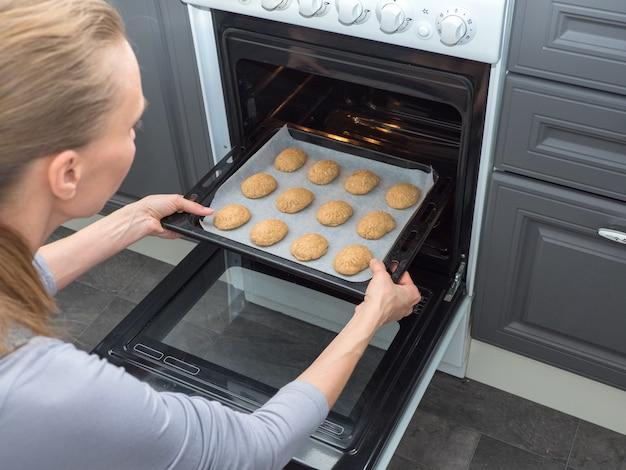 Blacha do pieczenia z ciasteczkami na piekarniku. przygotowanie egipskich ciasteczek. słodycze ramadan.