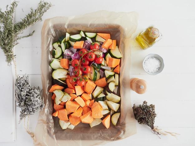 Blacha do pieczenia z surowymi posiekanymi warzywami