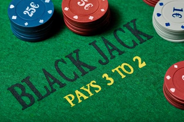 Black jack stół do gry z żetonami w kasynie, zbliżenie. koncepcja kasyna, hazardu, pokera i rozrywki