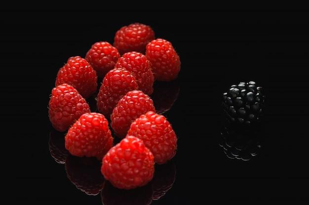 Blackberry i malina na czarnym stole różnią się od innych
