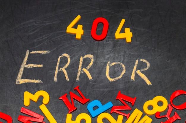 Błąd 404 - wiadomość napisana ręcznie białą kredą na czarnej tablicy