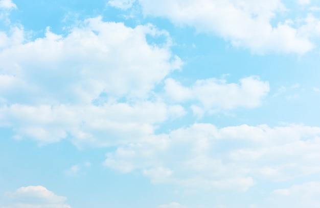 Bladoniebieskie niebo z białymi chmurami - teksturowane tło