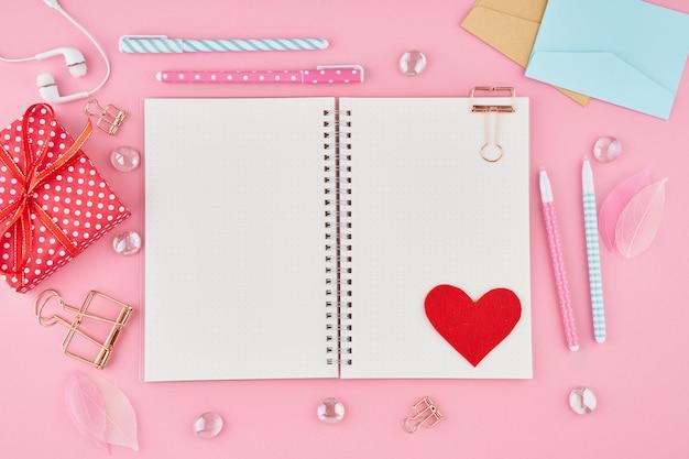 Blan koncepcja pisania notatek, listów na walentynki. strona notatnika w dzienniku punktorów