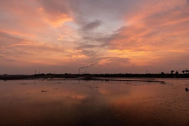 Blask zachodu zabarwił na czerwono niebo i powierzchnię wody słonej ziemi alkalicznej