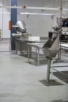 Blat i umywalka w fabryce mięsa