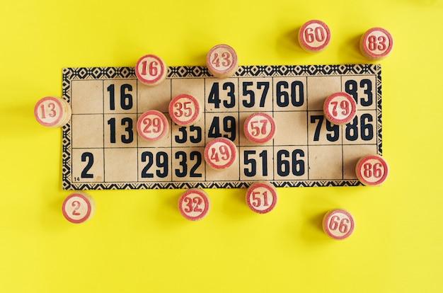Blat starej gry lotto z drewnianymi elementami. karty bingo