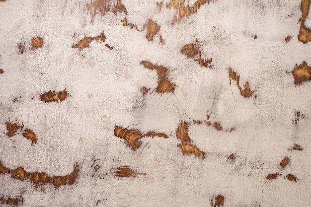 Blat z postarzanego mahoniu z popękaną i postrzępioną białą farbą