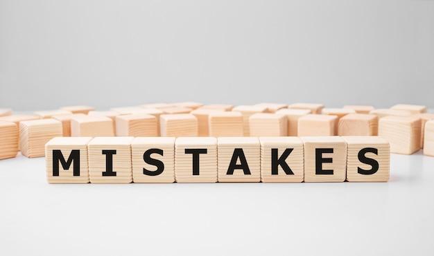 Błędy słów wykonane z drewnianych klocków