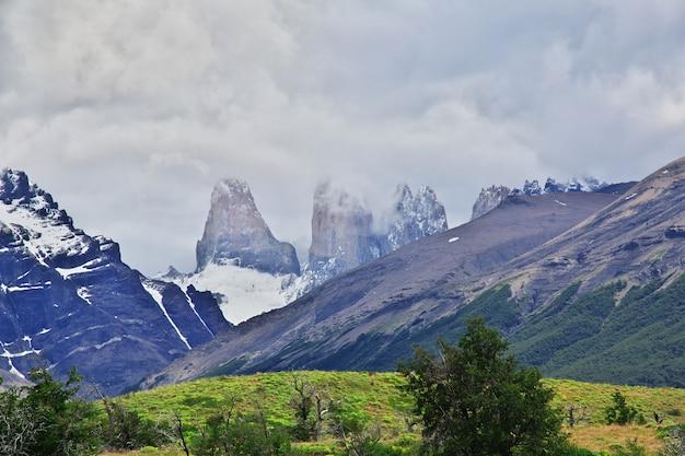 Błękit góruje w torres del paine parku narodowym, patagonia, chile