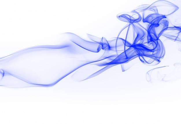 Błękita dymny abstrakt na białym tle. atrament woda na białym tle