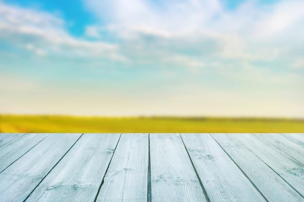 Błękita stół na zamazanym tle krajobraz z niebieskim niebem
