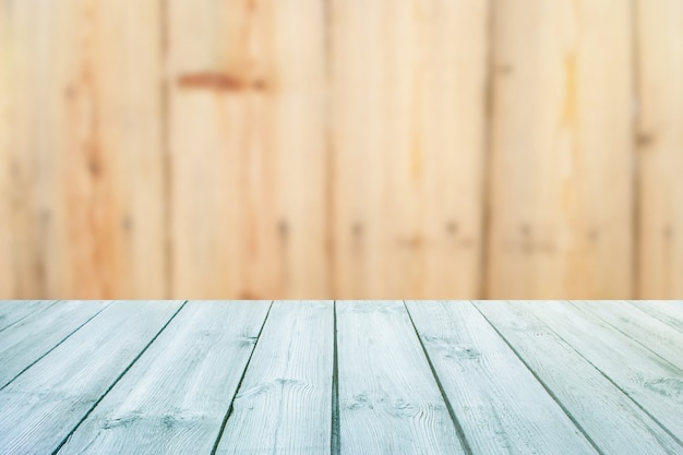Błękita stół na zamazanym tło tekstury drewnie