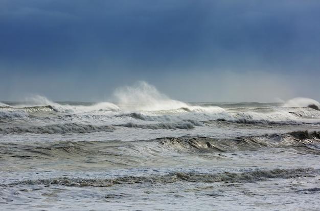 Błękitna fala na plaży.