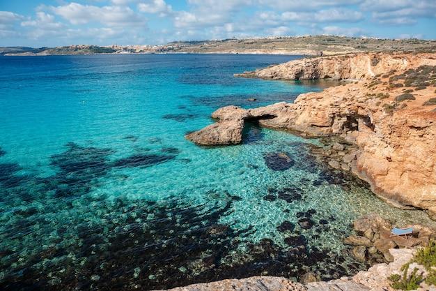 Błękitna laguna na wyspie comino. idylliczna turkusowa plaża na malcie.