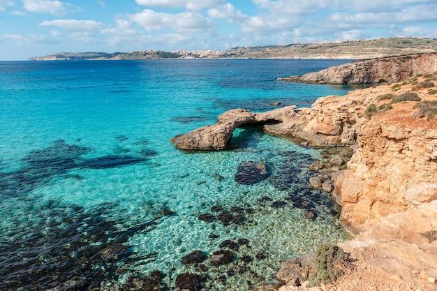 Błękitna Laguna Na Wyspie Comino. Idylliczna Turkusowa Plaża Na Malcie. Premium Zdjęcia