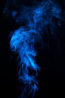 Błękitna mgła lub smogu czarny tło