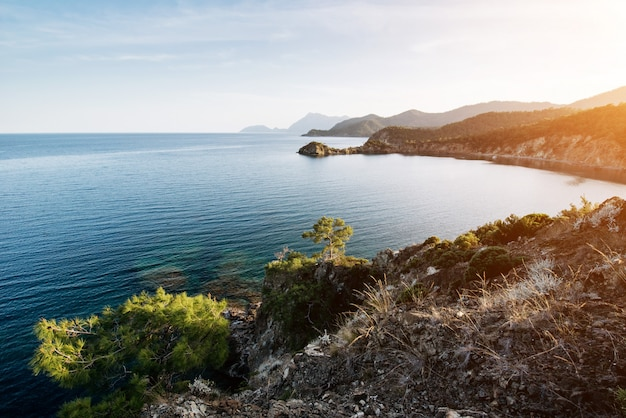 Błękitna morze fala morze śródziemnomorskie na tureckim wybrzeżu w wieczór
