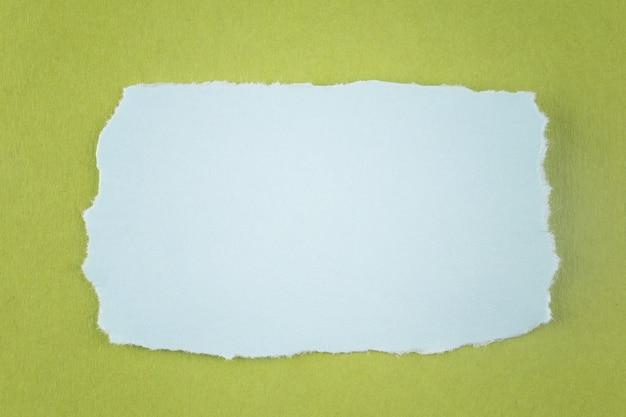 Błękitna papierowa łza na zielonym kartonowym tle i ty możesz wkładać tekst w kopii przestrzeni.