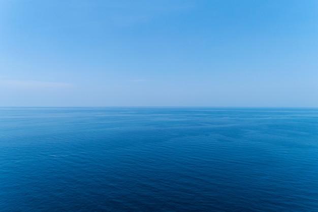 Błękitna powierzchnia oceanu. widok natury z góry zastrzelony kamerą drona.