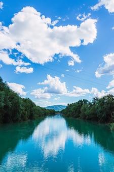 Błękitna rzeka z chmurami